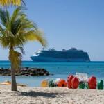 Kreuzfahrtschiff vor Privatstrand