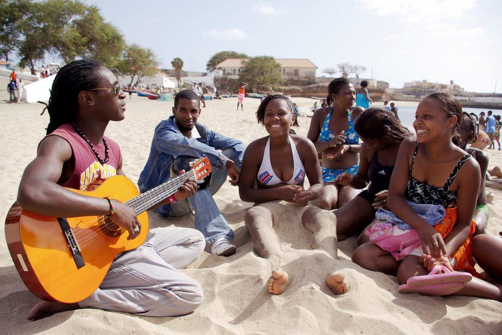 Gitarrenspieler am Strand von Tarrafal auf Santiago (Kapverden)