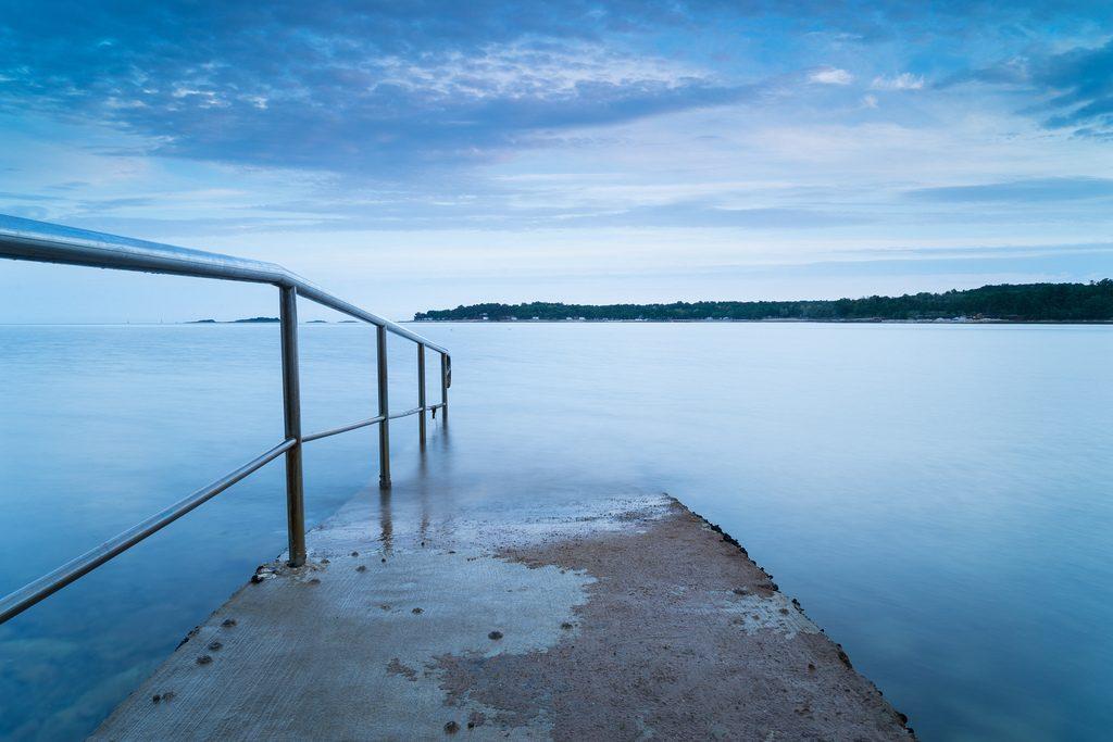 Ein Steg ins Wasser in Kroatien im Mai