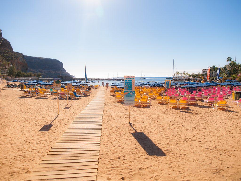 Blick über den Strand von Mogán (Gran Canaria)
