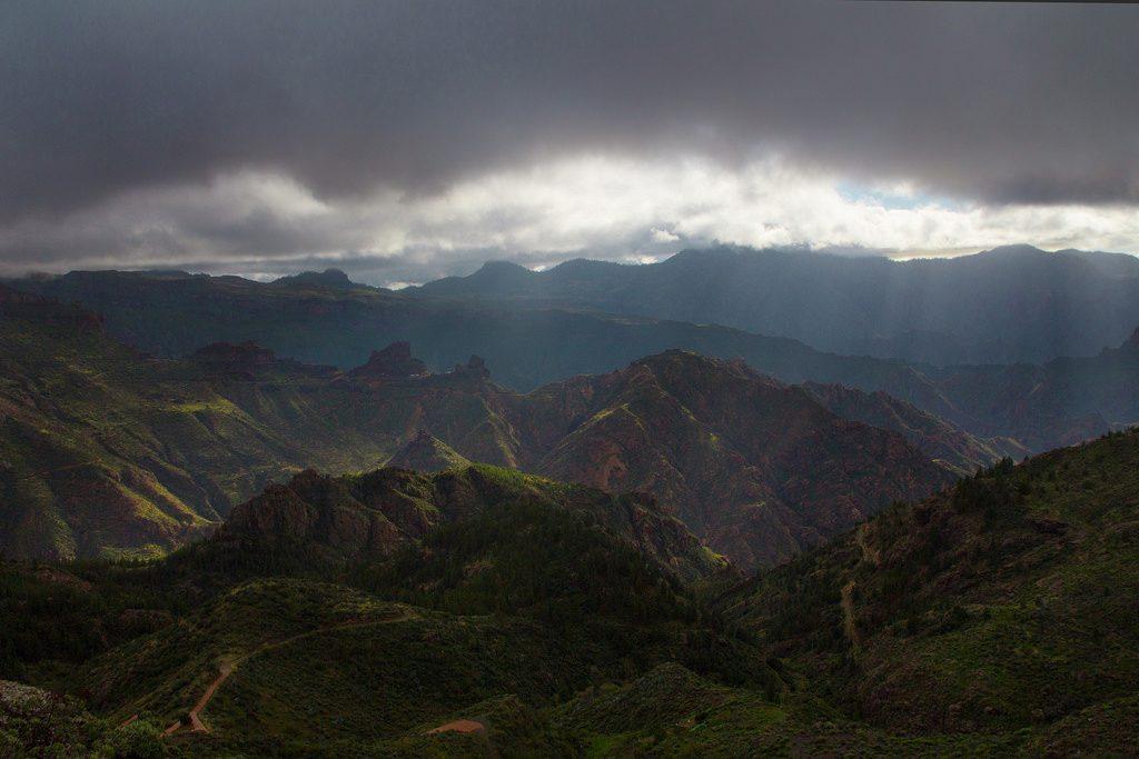 Regenwolken über den Bergen von Gran Canaria