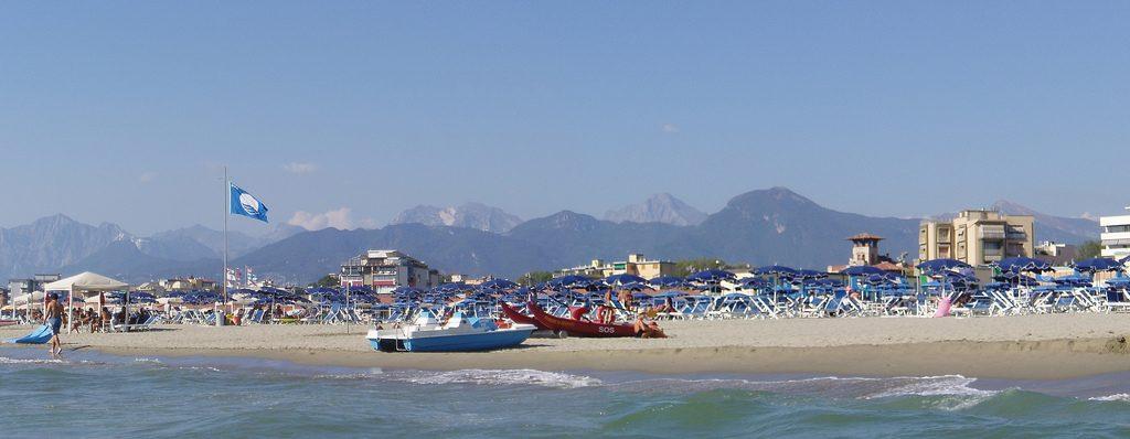 Blaue Flagge am Badestrand von Viareggio